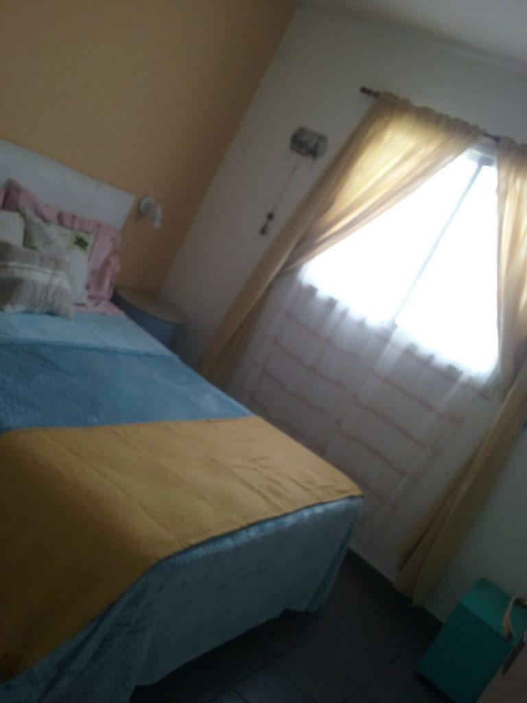 ventana y cama grande en un dormitorio.