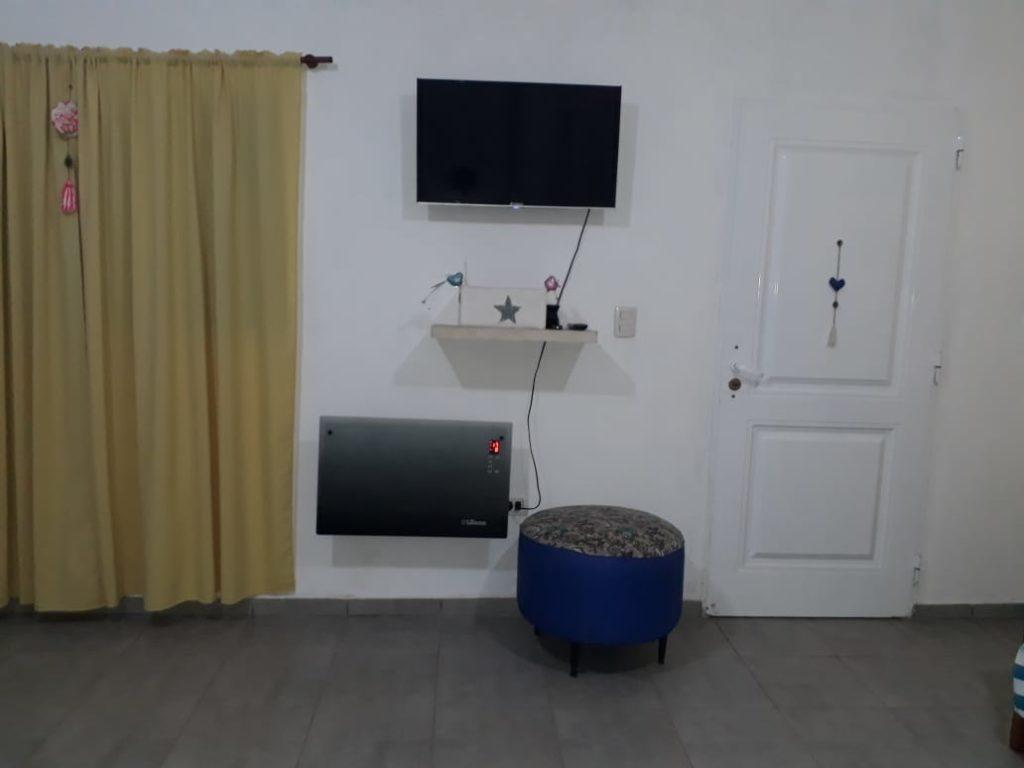televisor y calefactor en la pared.